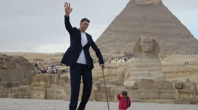 THE WORLD'S TALLEST MAN MET THE WORLD'S SHORTEST WOMAN, AND JUST LOOK AT THESE PICS